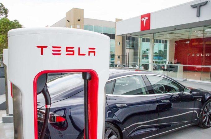 Tesly si podle studie drží svoji hodnotu lépe než benzínová auta