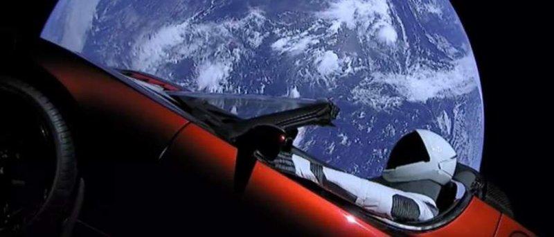 Tesla Roadster má za sebou první kolečko okolo Slunce