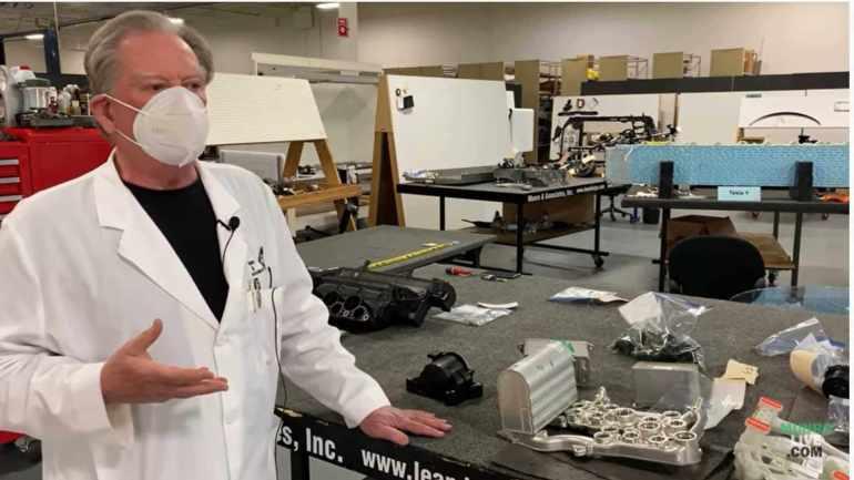 Наблюдайте, как Сэнди Манро объясняет уникальный октовалв в модели Y Тесла