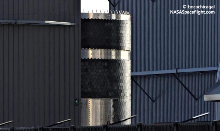 """SpaceX отправляет """"пекарню"""" с теплозащитным экраном Starship в Бока-Чика"""