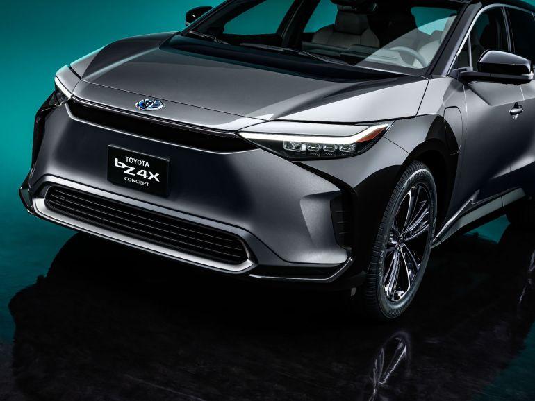 Руководитель Toyota и владелец Model X выступают против перехода на чисто электромобиль