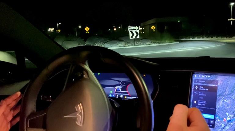 Tesla FSD Beta V9 справляется с кольцевыми развязками и слепыми поворотами в первых реальных тестах