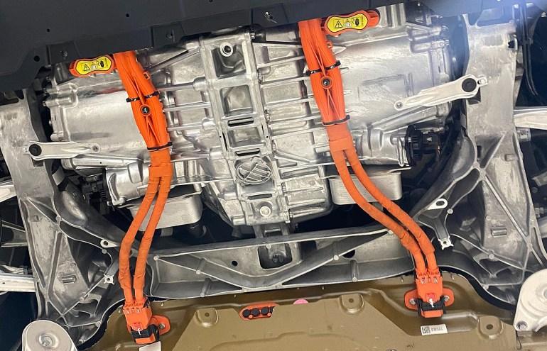 Первый взгляд на уникальную конструкцию днища и задней части Tesla Model S Plaid