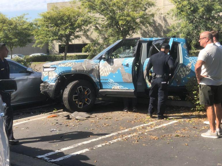 Прототип Rivian R1T попал в странную аварию с двумя припаркованными автомобилями