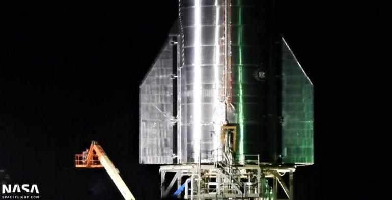 Первый звездолет космического класса SpaceX расправляет крылья перед установкой Raptor