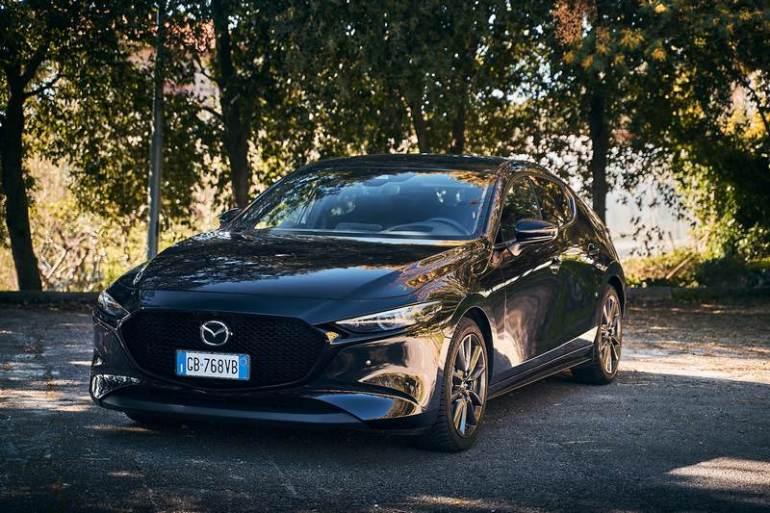Vista anteriore della nuova Mazda 3 2021