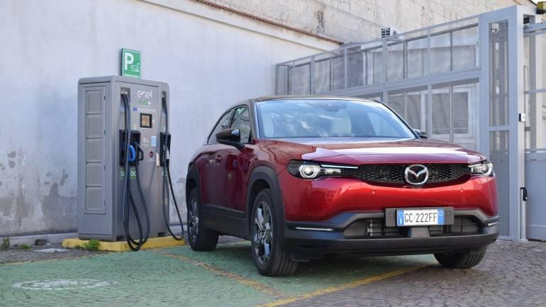 Prova Mazda MX-30: l'auto elettrica che diventa un salotto