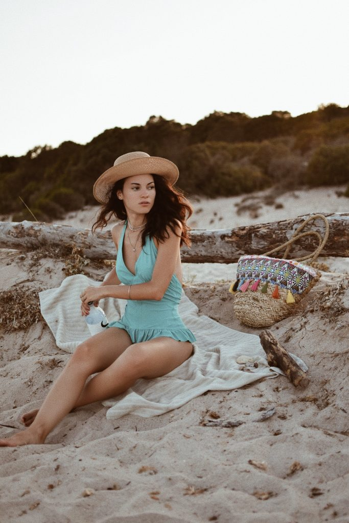 Lavinia Guglielman al tramonto sulla spiaggia di Balistra