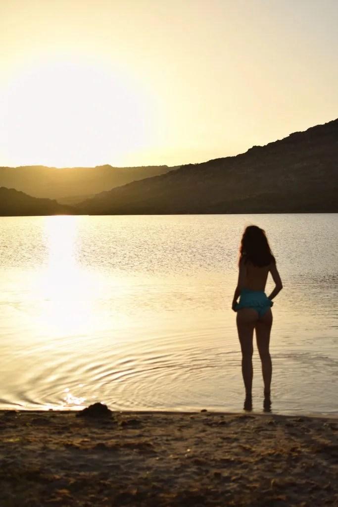 Lavinia Guglielman sulla spiaggia di Balistra al tramonto
