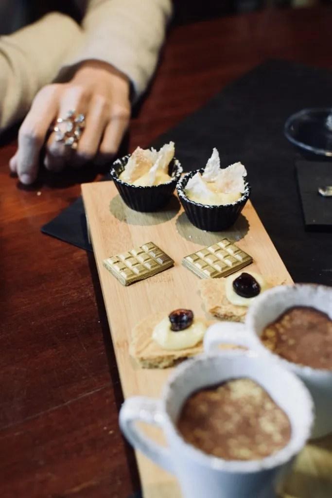 biscottini al cioccolato fondente ricoperti d'oro nell'osteria dell'Oste della Bonora