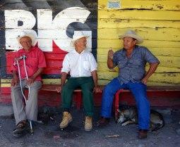 Esteli, Nicaragua : les caballeros tapent la discute à l'ombre
