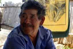 San Agustin Etla, Mexique : Un fermier aidant à la tonte du mouton. Très drôle.