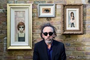 Tim Burton mit seinen Gemälden von Margaret Keane, © Foto: Leah Gallo
