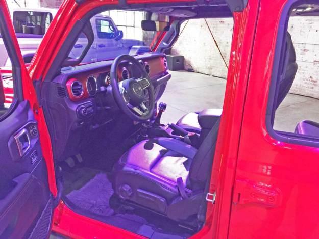 Jeep-Gladiator-Rubicon-Int