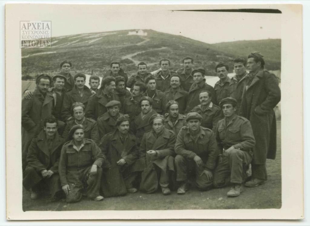 Καθαιρεμένοι (έφεδροι) αξιωματικοί και σκαπανείς έξω από τον κλωβό