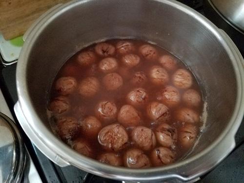 栗渋皮煮砂糖でにつめる。