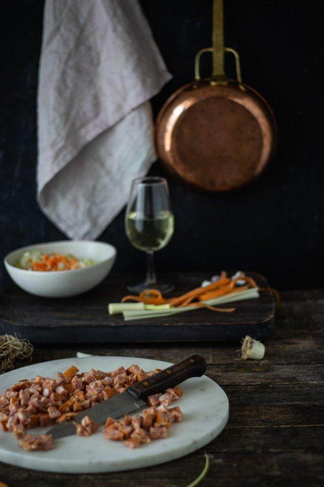 τραχανότο με χωριάτικο λουκάνικο, καρότα και πράσο