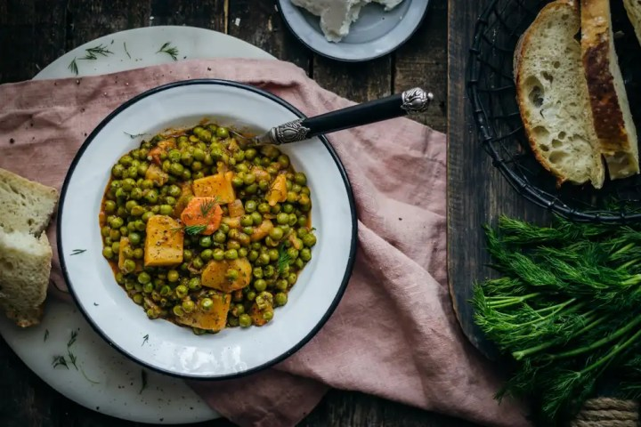 Greek green pea stew