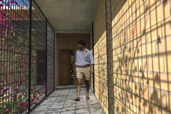 """PASSARELA DE LIGAÇÃO ENTRE OS BLOCOS SOCIAL E ÍNTIMO_detalhe da sombra projetada pelos """"Paus-de-Rosas"""""""
