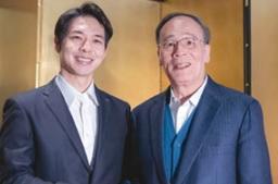 中国副主席と握手する、鈴木北海道知事(左)
