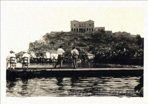 Η έπαυλη Κουμουνδούρου το 1931. Χτίστηκε πάνω σε αρχαιολογικό χώρο. Κατεδαφίστηκε για να φτιαχτεί ο Βασιλικός Ναυτικός Όμιλος.