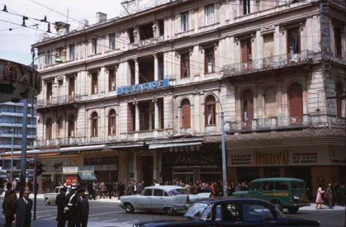 Το ξενοδοχείο Εξέλσιορ είχε τρεις όψεις, στην Πατησίων, στην Πανεπιστημίου και στην Ομόνοια. Εδώ η όψη της Πανεπιστημίου.