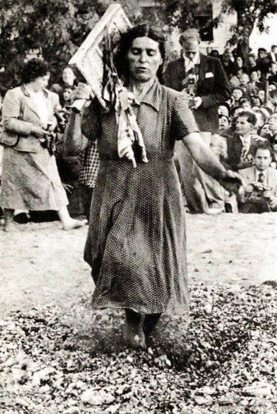 Αναστενάρισσα χορεύει στην ανθρακιά. Από την ιερή εικόνα κρέμεται ένα αμανέτι (ιερό μαντίλι).