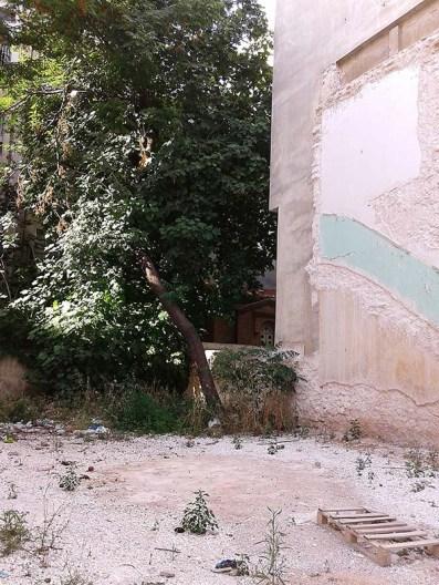 Το εκκλησάκι όπως φαίνεται από τον κενό χώρο της οδού Γαλβάνη ύστερα από την κατεδάφιση της μονοκατοικίας.