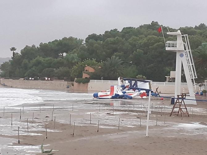 En la imagen se aprecia el parque acuático sobre la arena a consecuencia del temporal.
