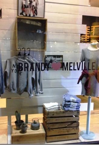 BRANDY MELVILLE PASEO DE GRACIA BARCELONA TEVIAC #brandymelville #teviac #escaparate #marketingonline (1)