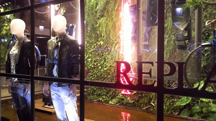 REPLAY WINDOWDESIGN PASEO DE GRACIA TEVIAC ESCAPARATISMO EN BARCELONA #replay #escaparateonline #shoponline #barcelona (7)