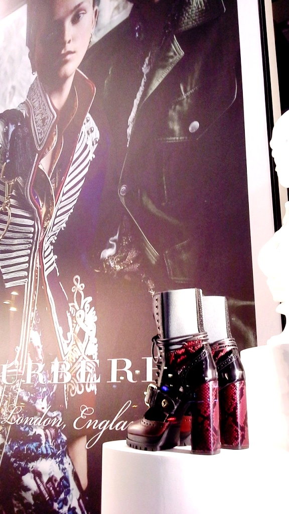 burberry-escaparate-barcelona-moda-fashion-trend-escaparatelover-teviacescaparatismo-burberryvetrina-burberrywindow-5