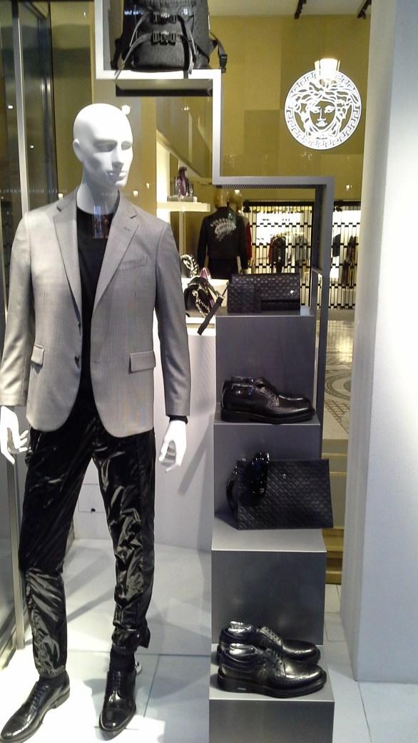 #versace #escaparate #escaparatismo #barcelona #vetrina #fashion #moda #tendencia #influencer #fashionista (8)