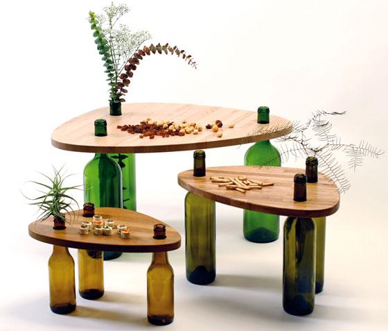 Τραπέζι κατασκευασμένο από ξύλο και γυάλινα μπουκάλια2