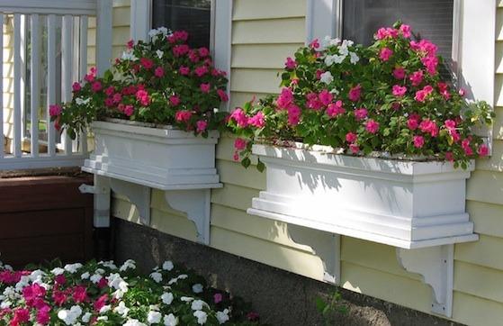 Ιδέες με ζαρτινιέρες λουλουδιών για τα παράθυρα σας7