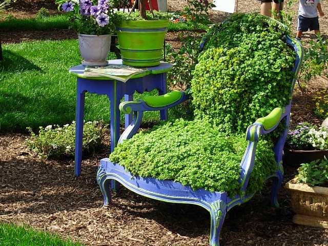 παλιές καρέκλες σε γλάστρες κήπου7
