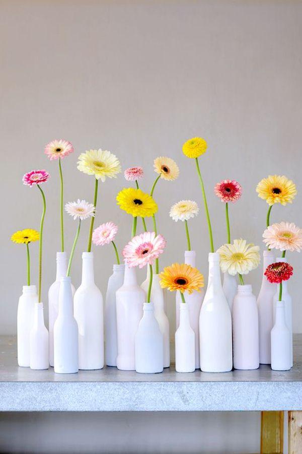 Διακοσμήστε με γυάλινα μπουκάλια και λουλούδια9