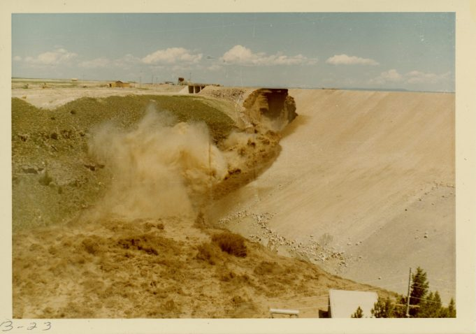 Hole in dam embankment grows larger and reaches dam crest (NAID 28894685)
