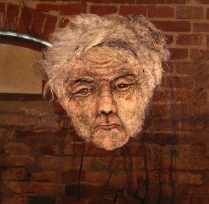 oude vrouw op transparante doek.
