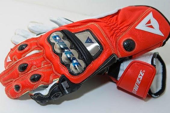Racing glove (rear)