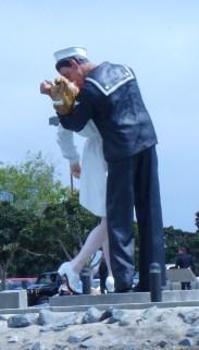 sculpture of kiss
