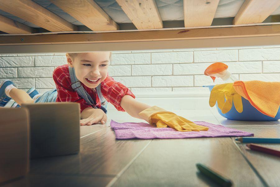 Девочка делает домашнюю уборку