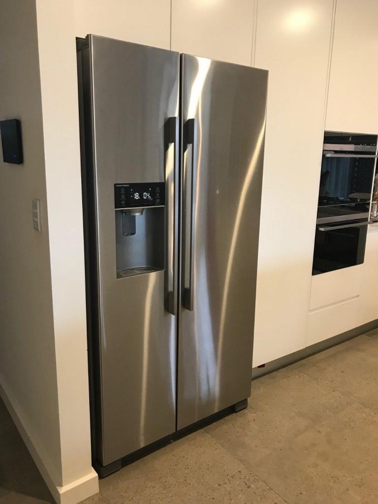 Встраиваемый холодильник с генератором льда