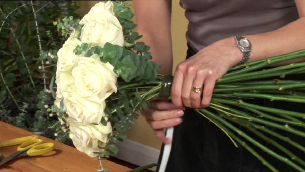 Белые розы и эвкалипт.