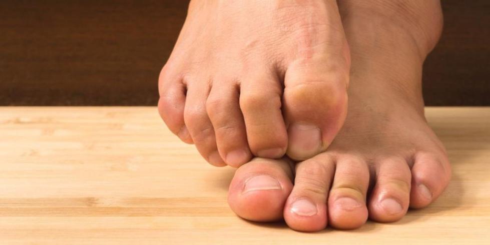 болит сустав большого пальца ноги причины