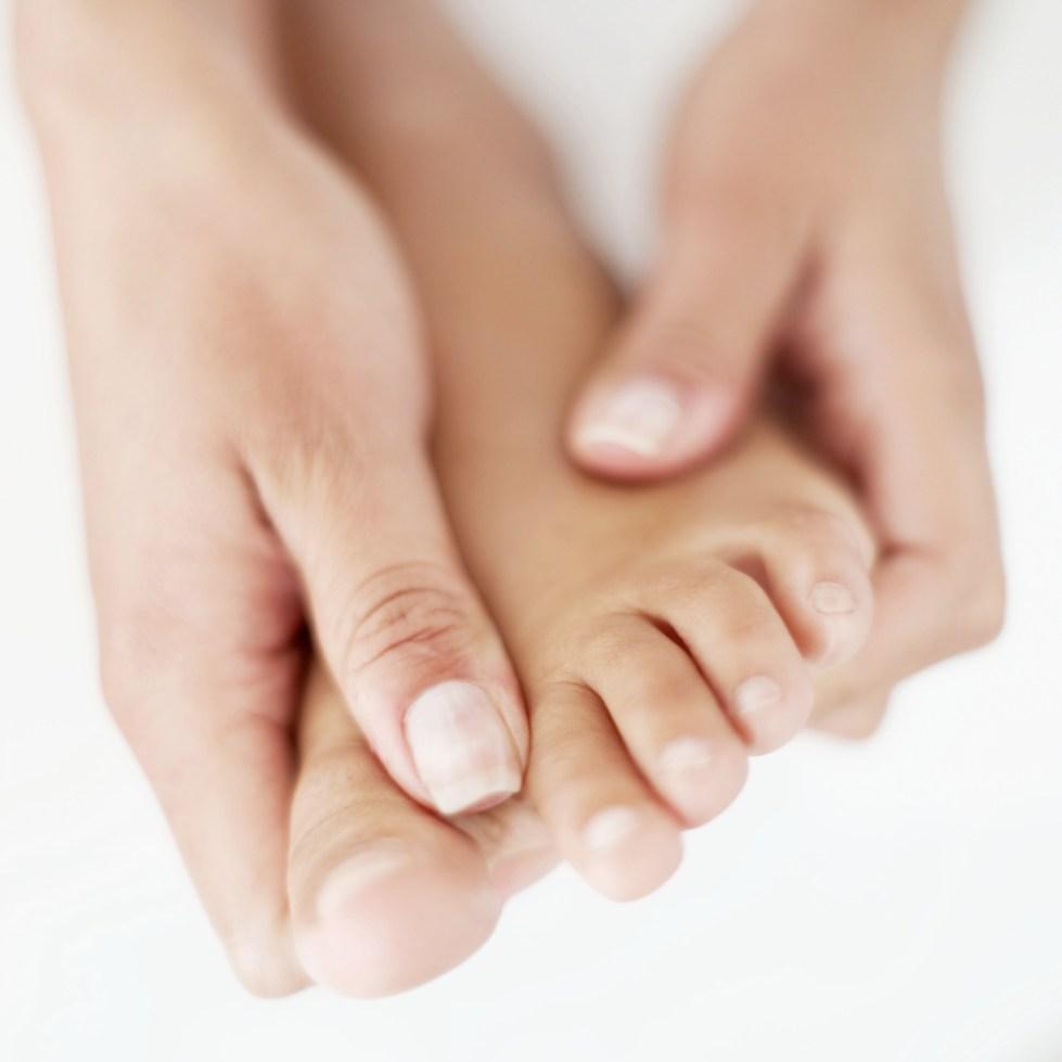 болит сустав на ноге около большого пальца