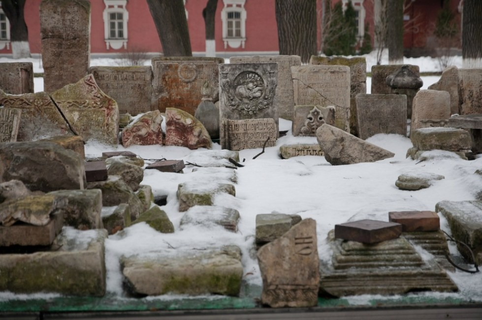 остатки древних надгробий и барельефов Донского монастыря в Москве