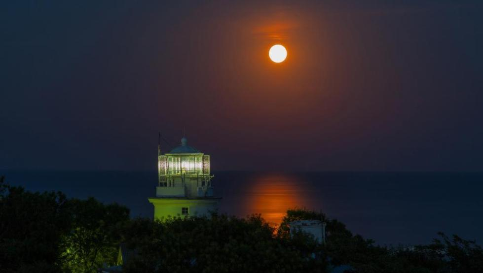 свет маяка ночью