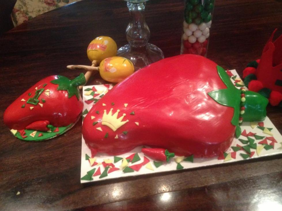 торт в виде перца, украшенный мастикой