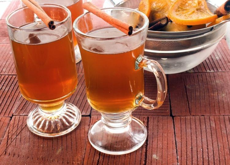 Горячий алкогольный яблочный сидр